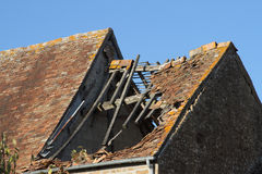 Telhado de telha danificado Fotos de Stock Royalty Free