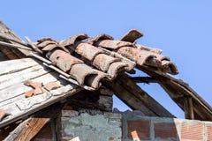 Telhado de telha danificado e que precisa o reparo Fotos de Stock