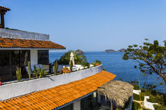 Telhado de telha vermelha do recurso ao longo da linha costeira de baía de Ixtapa em México Imagens de Stock