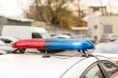 Telhado de um carro-patrulha da polícia com piscamento luzes azuis e vermelhas, sirenes e antenas Fotos de Stock