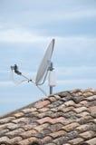 Telhado de uma casa com telhas e antena parabólica Fotografia de Stock Royalty Free