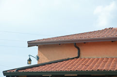 Telhado de uma casa com telhas e calhas de telhado Foto de Stock Royalty Free