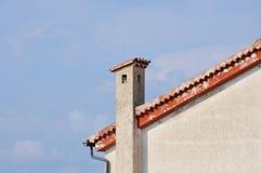 Telhado de uma casa com telhas e calhas de telhado Imagens de Stock Royalty Free