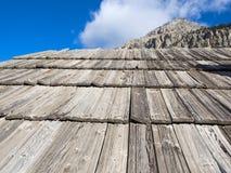 Telhado de uma casa velha da montanha feita com telhas de madeira Foto de Stock Royalty Free