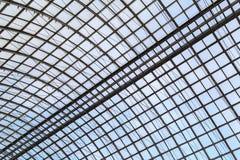 Telhado de vidro semicircular em um quadro do metal como um fundo ou um contexto Imagens de Stock