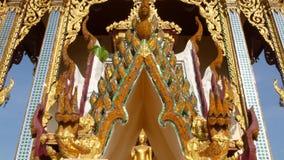Telhado decorativo do templo oriental Telhado decorativo dourado do templo asiático tradicional contra o céu azul sem nuvens sobr filme