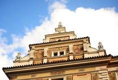 Telhado do edifício histórico sobre o céu azul com clo Fotografia de Stock Royalty Free