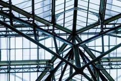 Telhado do metal e do vidro, olhando acima fotos de stock