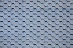 Telhado e decoração modernos das chaminés Telhas flexíveis do betume ou da ardósia foto de stock