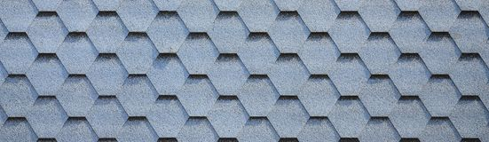 Telhado e decoração modernos das chaminés Telhas flexíveis do betume ou da ardósia imagens de stock royalty free