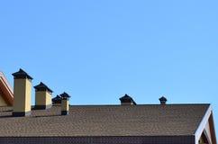 Telhado e decoração modernos das chaminés Telhas flexíveis do betume ou da ardósia A ausência de corrosão e de condensação devido fotos de stock