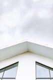 Telhado e janelas brancos da casa imagens de stock