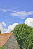 Telhado e nuvens Imagens de Stock