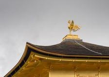 Telhado e Phoenix no templo dourado de Kinkaku-ji Imagem de Stock Royalty Free