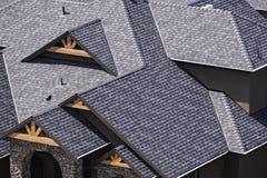 Telhado em uma subdivisão recentemente construída no Columbia Britânica Canadá de Kelowna que mostra telhas do asfalto Imagens de Stock Royalty Free