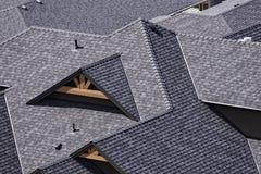 Telhado em uma subdivisão recentemente construída no Columbia Britânica Canadá de Kelowna que mostra telhas do asfalto Foto de Stock
