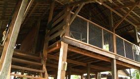 Telhado interior da casa do pernas de pau do birmanês, Myanmar video estoque
