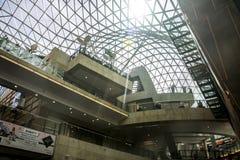Telhado moderno da construção do shopping do Polônia de Varsóvia dentro da estrutura da forma Imagem de Stock