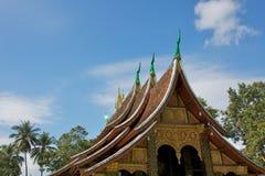 telhado Multi-estratificado do monastério dourado da cidade em Luang Prabang Imagens de Stock