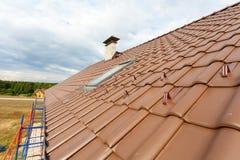 Telhado novo com claraboia, a telha vermelha natural e a chaminé Fotos de Stock Royalty Free