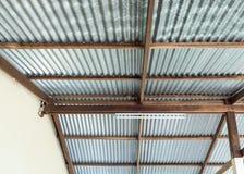 Telhado novo do zinco no quadro de madeira fotos de stock royalty free