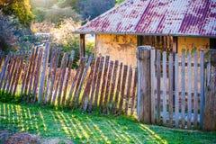 Telhado oxidado, cerca velha fotografia de stock