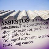 Telhado perigoso envelhecido velho do asbesto - um dos materiais os mais perigosos em assassino escondido assim chamado das const imagem de stock