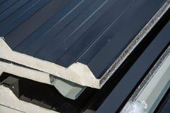 Telhado preto da folha de metal com a isolação unida sob a folha de metal Imagens de Stock Royalty Free