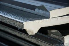Telhado preto da folha de metal com a isolação unida sob a folha de metal Foto de Stock