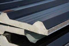 Telhado preto da folha de metal com a isolação unida sob a folha de metal Fotos de Stock Royalty Free