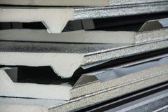 Telhado preto da folha de metal com a isolação unida sob a folha de metal Imagem de Stock