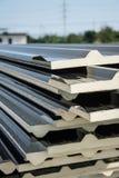 Telhado preto da folha de metal com a isolação unida sob a folha de metal Fotos de Stock
