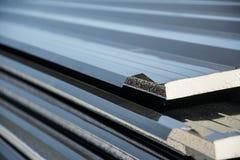 Telhado preto da folha de metal com a isolação unida sob a folha de metal Imagens de Stock