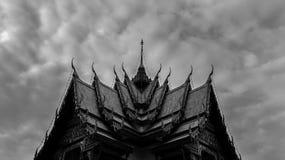 Telhado preto e branco do templo budista em Tailândia - A simétrico fotos de stock royalty free