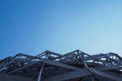 Telhado redondo da arquitetura do armazém com fundo do céu azul Mostrando a estrutura da construção Imagem de Stock
