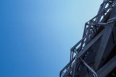Telhado redondo da arquitetura do armazém com fundo do céu azul Mostrando a estrutura da construção Foto de Stock