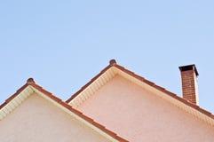 Telhado sobre o fundo do céu azul fotografia de stock