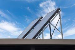 Telhado solar do picovolt dos jogos da montagem Sistema solar fotovoltaico instalado em um telhado industrial do metal Foto de Stock
