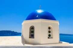 Telhado superior da igreja no azul em um dia ensolarado com céu azul, Santorini Fotos de Stock Royalty Free