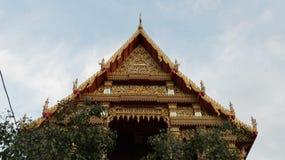 Telhado tailandês simétrico do templo fotografia de stock