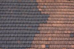 Telhado telhado preto e vermelho Fotografia de Stock Royalty Free
