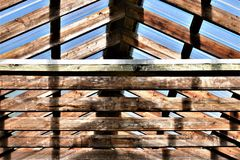 Telhado translúcido e de madeira em um ajuste rústico imagem de stock