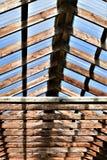 Telhado translúcido e de madeira em um ajuste rústico fotos de stock royalty free
