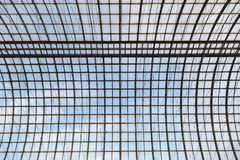Telhado transparente de vidro semicircular em um quadro do metal como um fundo ou um contexto Imagens de Stock