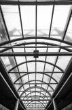 Telhado transparente de vidro semicircular em um quadro do metal como um fundo ou um contexto Foto de Stock