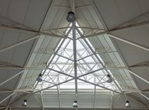 Telhado Triangulate da construção da claraboia foto de stock royalty free