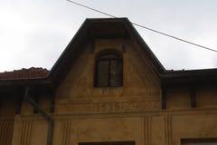 Telhado velho de uma casa amarela imagem de stock royalty free