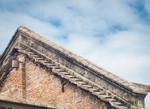 Telhado velho do tijolo de uma construção velha Fotografia de Stock