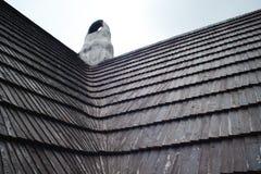 Telhado velho feito de telhas de madeira Arquitetura tradicional em Europa fotos de stock