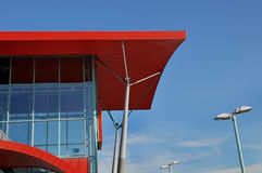 Telhado vermelho do edifício moderno Imagens de Stock Royalty Free